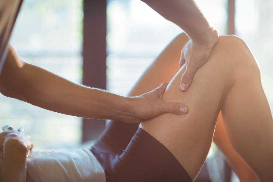 Masaż uda wykonywany przez fizjoterapeutę